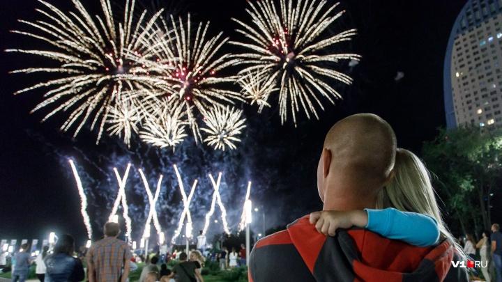 «Пальмы» и «белые пионы»: смотрим лучшие фото с фестиваля фейерверков в Волгограде