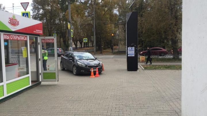 Наехал как специально: появилось видео ДТП на Уралмаше, где пьяный водитель сбил людей на тротуаре