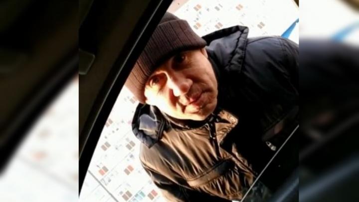 Новый вид попрошаек: у заправок в Покровке водитель «Рено» умоляет дать денег на бензин до Иркутска