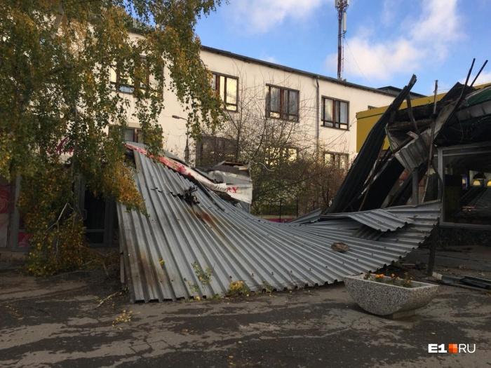 На Химмаше снесло крышу дома и она упала на соседний павильон