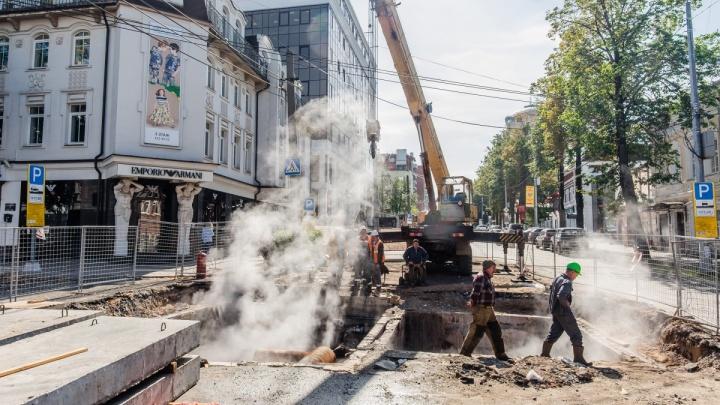 Вода хлынула на дорогу: в центре Перми прорвало трубу с горячей водой