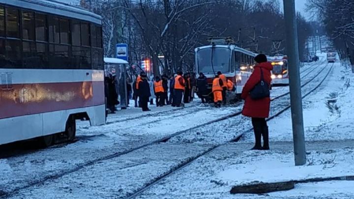 На пересечении улиц Советской Армии и Ново-Садовой трамвай сошел с рельсов