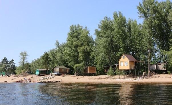 Вдоль берега Волги обнаружили десяток подозрительных построек