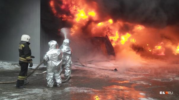В МЧС выяснили причину крупного пожара со взрывами на лакокрасочном заводе в Екатеринбурге