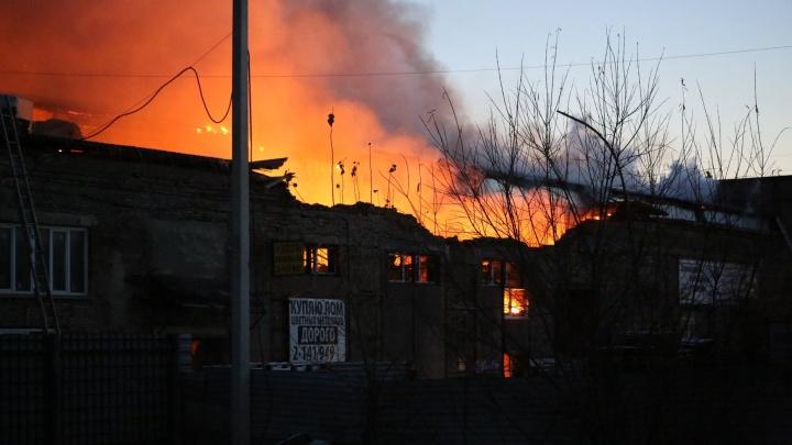 Были слышны сильные хлопки, обвалилась крыша, кирпичами завалило машину: пожар на Королёва (онлайн)