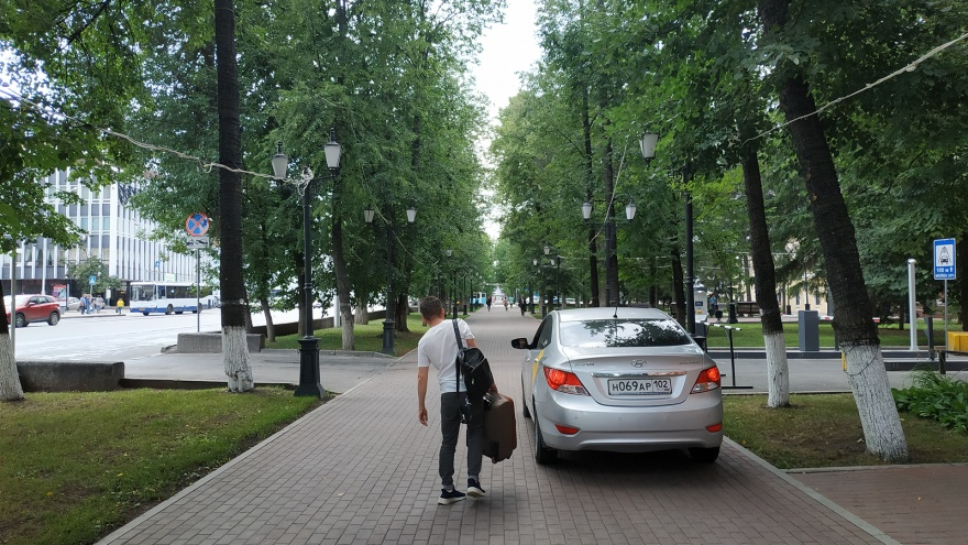 «Я паркуюсь, как…»: уфимские автохамы захватывают тротуары и пешеходные переходы