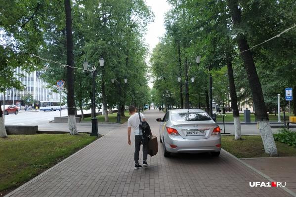 Где оставить автомобиль, как не на тротуаре?
