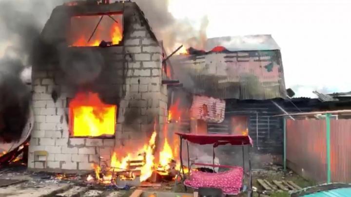 Горят три частных дома: пожар в Уфе сняли на видео