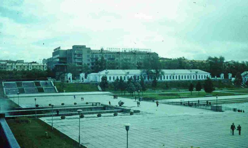 «Сделаем родной Свердловск городом...» Дальше фраза теряется, но, возможно, на ней написано то же, что на путепроводе выше