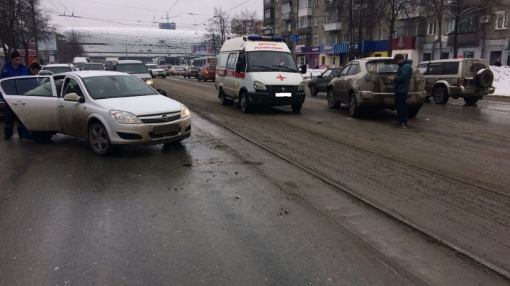 «Опель» развернуло на Богдашке: пробки во всех направлениях, пассажирку увезли на скорой