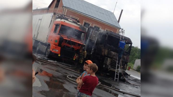 Водитель, чья фура внезапно вспыхнула на стоянке под Тюменью, находится в реанимации