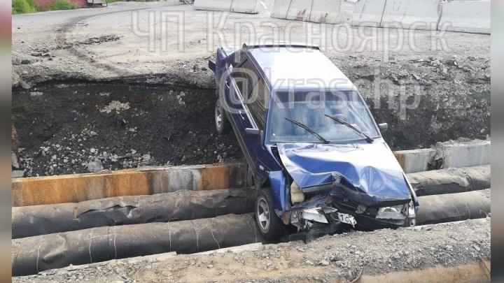 Пьяный водитель на ВАЗе сбил светофор и вылетел в раскопанную яму с трубами