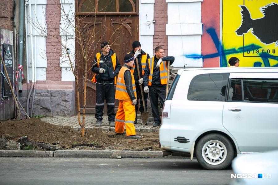 Заключенные исправительной колонии ремонтируют дорогу вКрасноярске