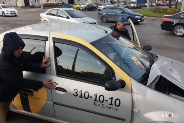Повреждения получили обе машины, а водитель такси философски заметил, что «это судьба»
