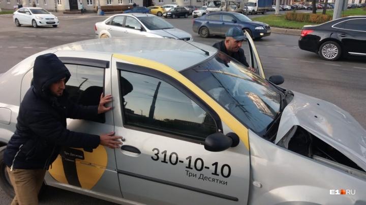 «Это судьба»: у «Высоцкого»ВАЗ пролетел на красный и столкнулся с такси