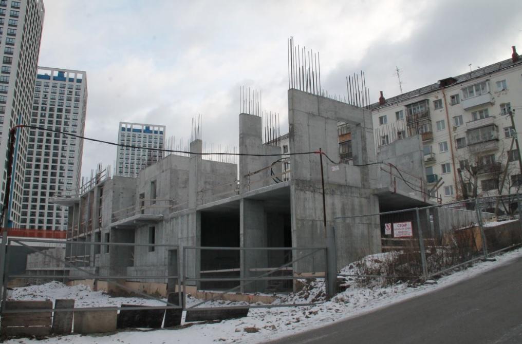 Так стройка выглядела в ноябре 2019 года. Дом хотели достроить к 2021 году