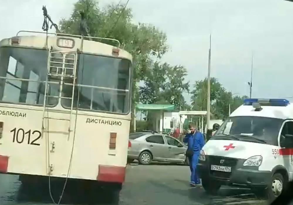 Некоторые из пассажиров после аварии перешли дорогу и стали ожидать другой троллейбус
