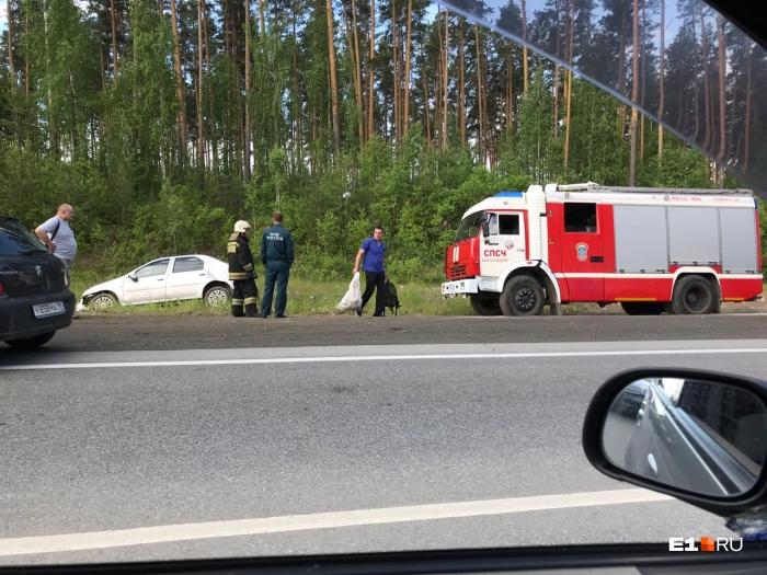 Renault улетел с ЕКАД и несколько раз перевернулся