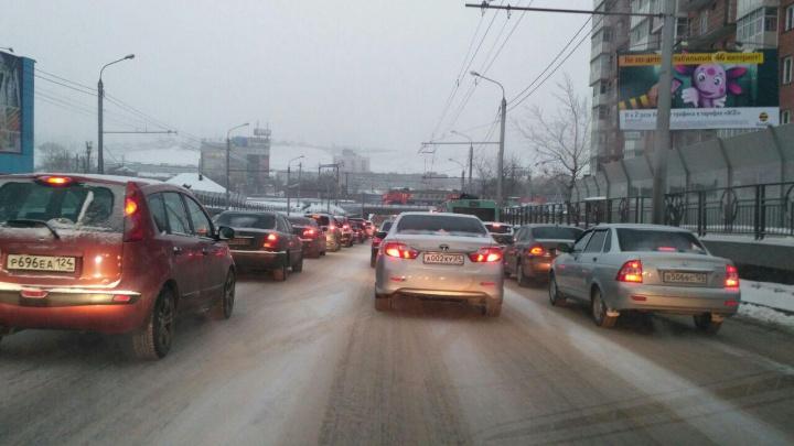Подтаявший снег и гололед ставят Красноярск в жесткие пробки второе утро подряд