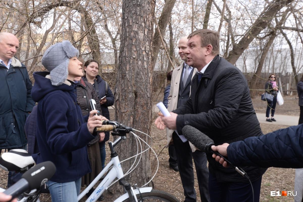 Как-то получилось, что главным по диалогу с возмущенными горожанами стал член Общественной палаты Валерий Черкашин