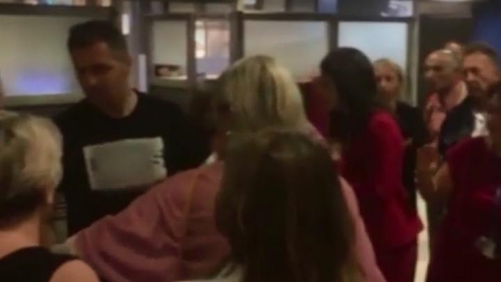 Вчетвером скрутили и увели: в аэропорту Салоников случился скандал из-за задержки рейса в Волгоград