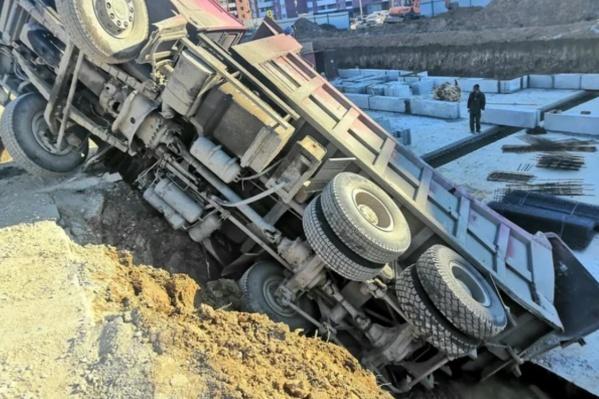 Водитель близко подъехал к краю котлована, и грунт обрушился