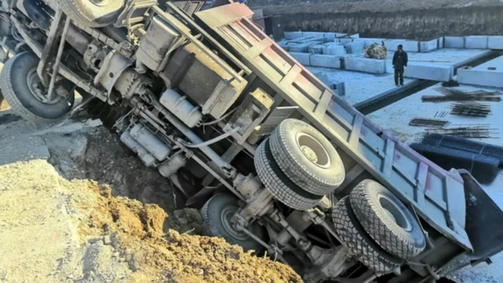 На стройке в Новой Самаре грузовик рухнул в котлован