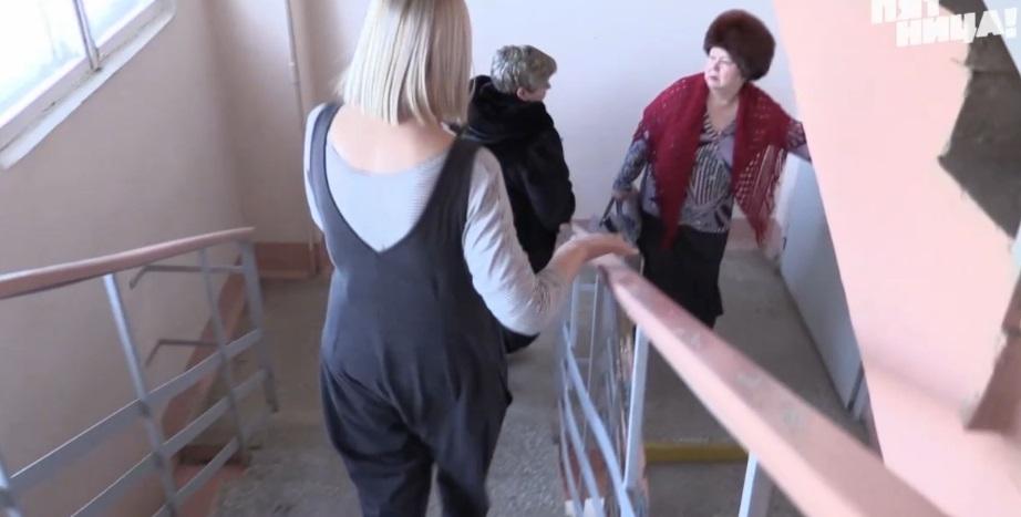 Журналисты гонятся за руководителем отдела кадров ЦГБ Березовского, которая отказалась показывать документы, подтверждающие квалификацию врачей
