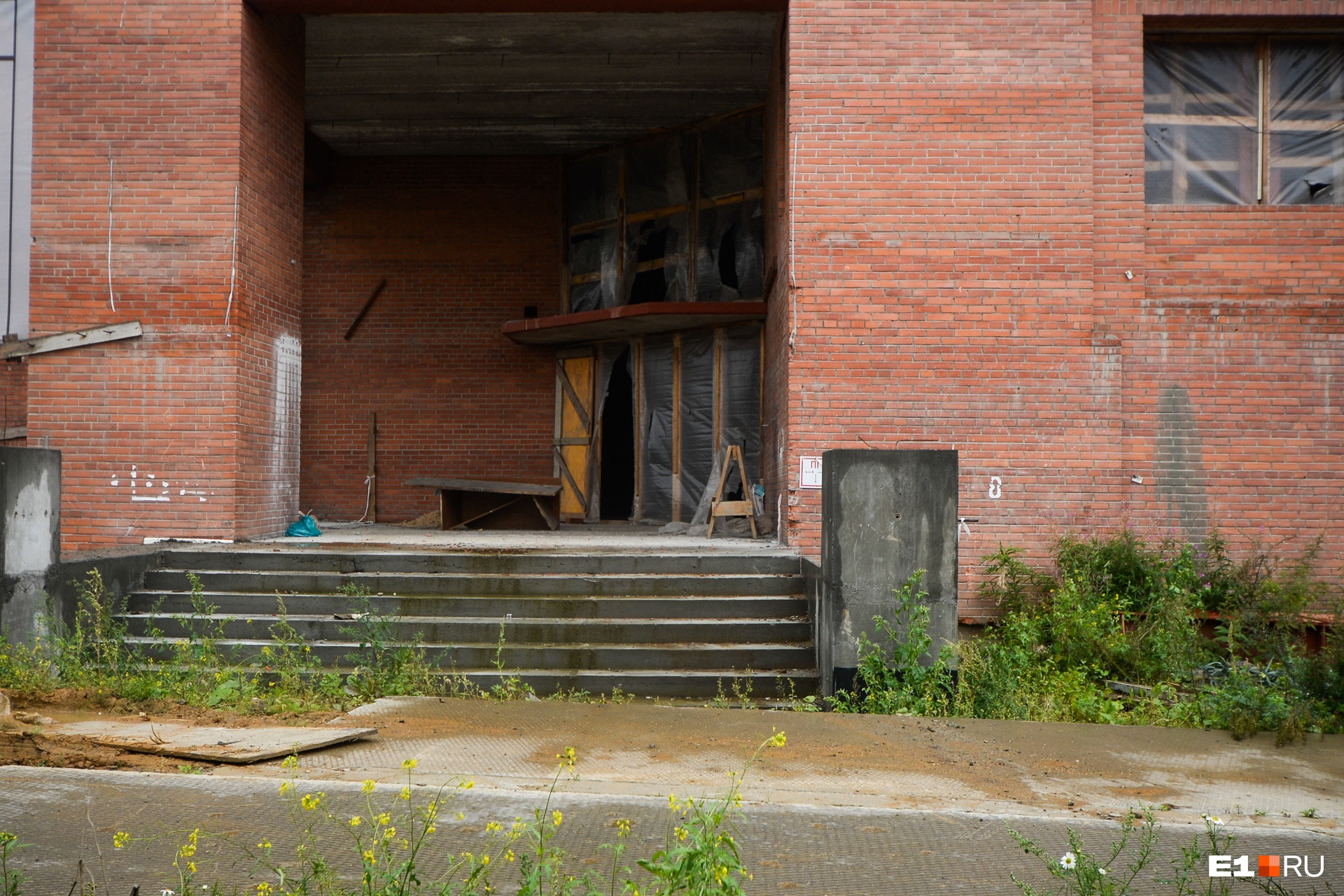Тот самый центральный вход, вместо дверей — дырявая пленка