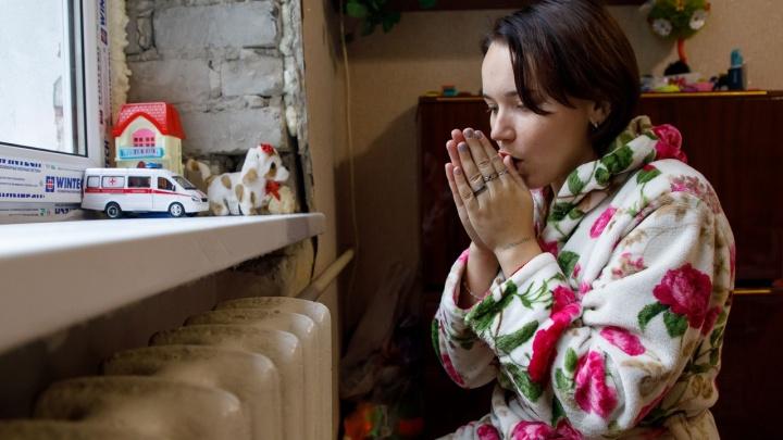 «У нас дети замерзают»: многоквартирный дом в центре Волгограда не дождался тепла