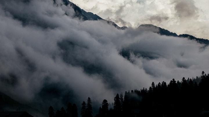 «Там ты находишься как будто в грозе»: уральский фотограф показал невероятные снимки Кавказских гор