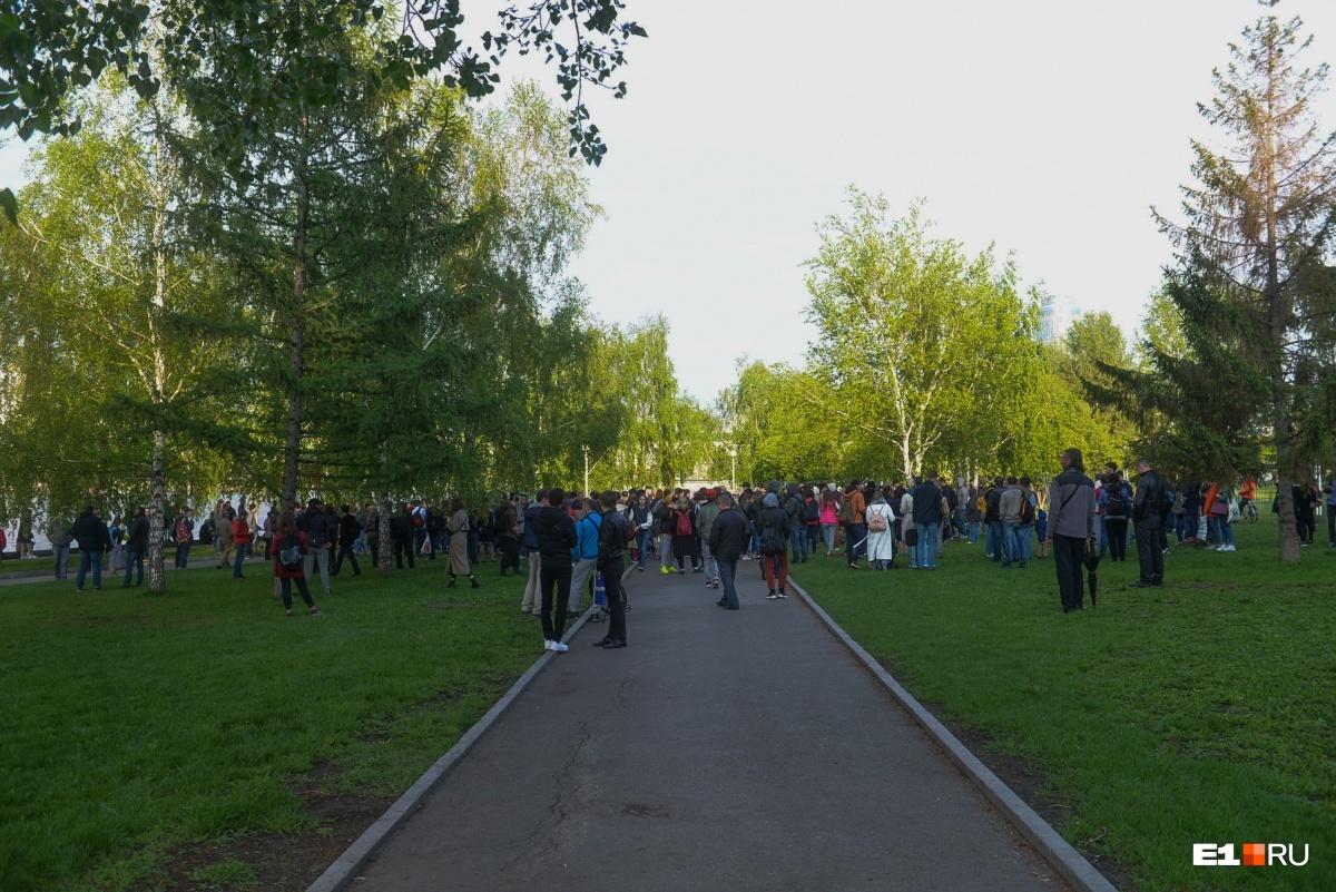 В понедельник, 13 мая, когда оказалось, что сквер огородили забором, здесь собрались тысячи горожан