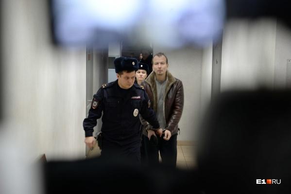 Алексея Александрова ведут в наручниках на суд перед арестом 11 декабря