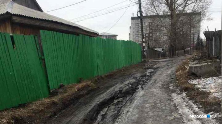 Жильцы улицы Попова оказались оторваны от города из-за разбитой дороги: машины застревают в канавах