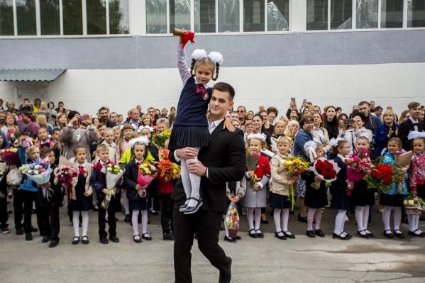 Ученики спешат в школы с букетами и хорошим настроением— несмотря на хмурое утро