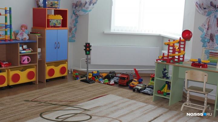 Омич заявил, что воспитательница детсада заставила сына вытаскивать игрушки из унитаза