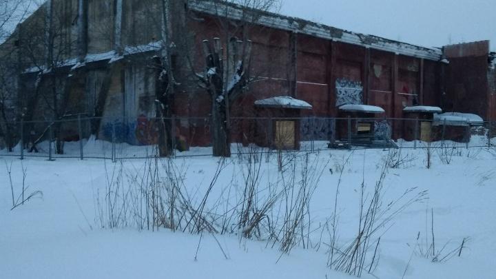 Снести под шумок? Заброшенный кинотеатр «Темп» на Уралмаше огородили забором