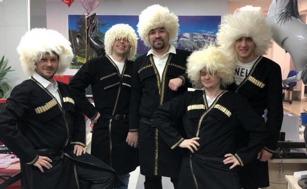 Самым оригинальным офисным поздравлением с 8 Марта в Екатеринбурге стал танец джигитов