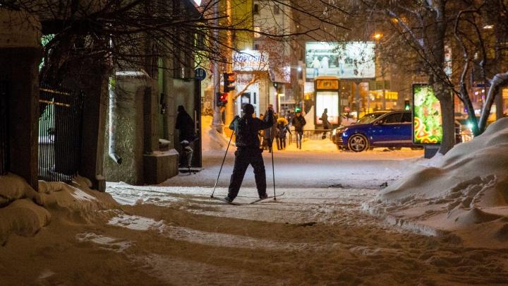 Пока все были в пробках: новосибирец пробежал на лыжах по одной из центральных улиц города