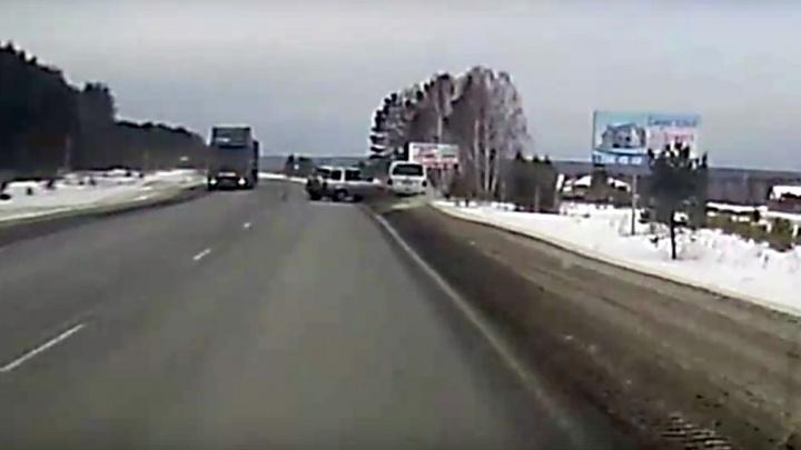 Водитель «Хонды» пошел на обгон в слепом повороте и выкинул в кювет встречное авто