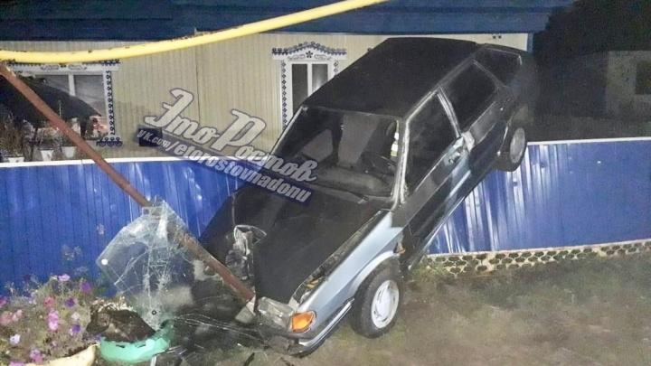 Форсаж по-сальски: в Ростовской области легковушка влетела в забор, а затем — в столб