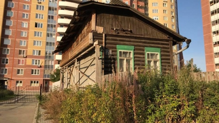 Памятник упорству: во дворе новостройки на Уральской отрубили половину деревянного дома