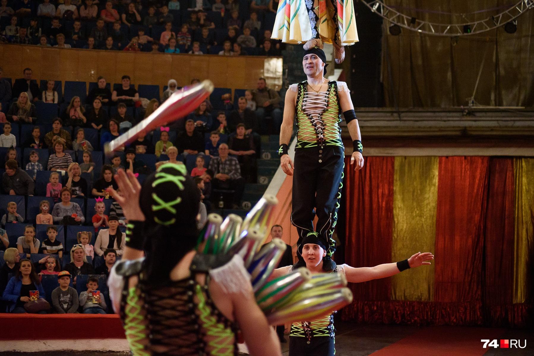 Зрители могут увидеть жонглирование различными предметами...