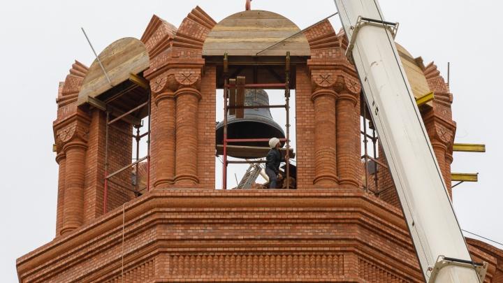 «Вернули справедливость»: смотрим лучшие фото с подъема колоколов на новый храм в центре Волгограда