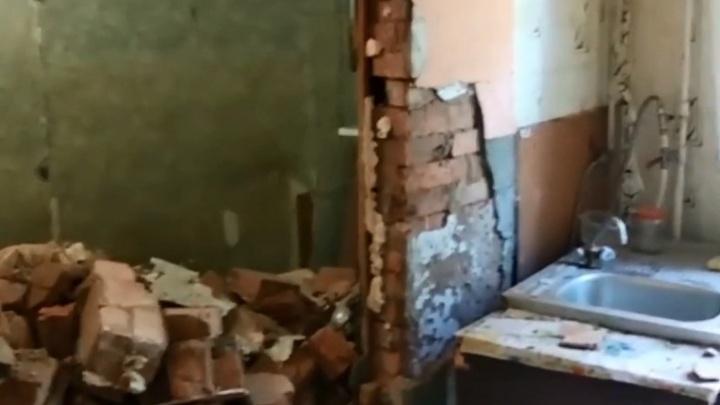 «Боимся здесь жить»: администрация Волгограда назвала развалом дымохода обрушение в аварийном доме