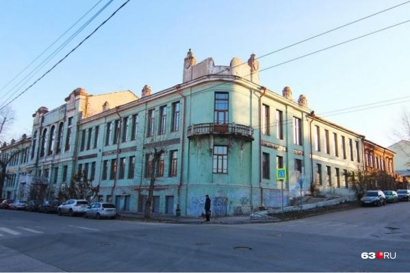 Архитекторы и власти опасаются, что здание скоро может рухнуть