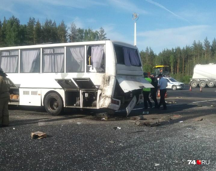 В результате аварии на трассе М-5 под Златоустом два человека погибли, девять получили травмы
