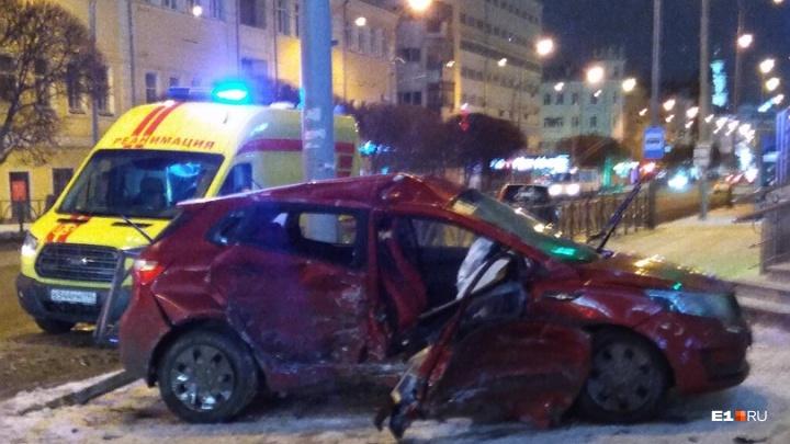 «Автомобиль сплющило»: на Малышева около «Гермес Плаза» столкнулись две иномарки