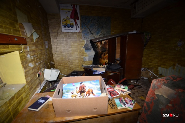 Внутри здания в основном бардак и разруха, но можно заметить и старые афиши — поностальгировать