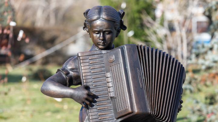 В Волгограде установили скульптуру Александры Пахмутовой